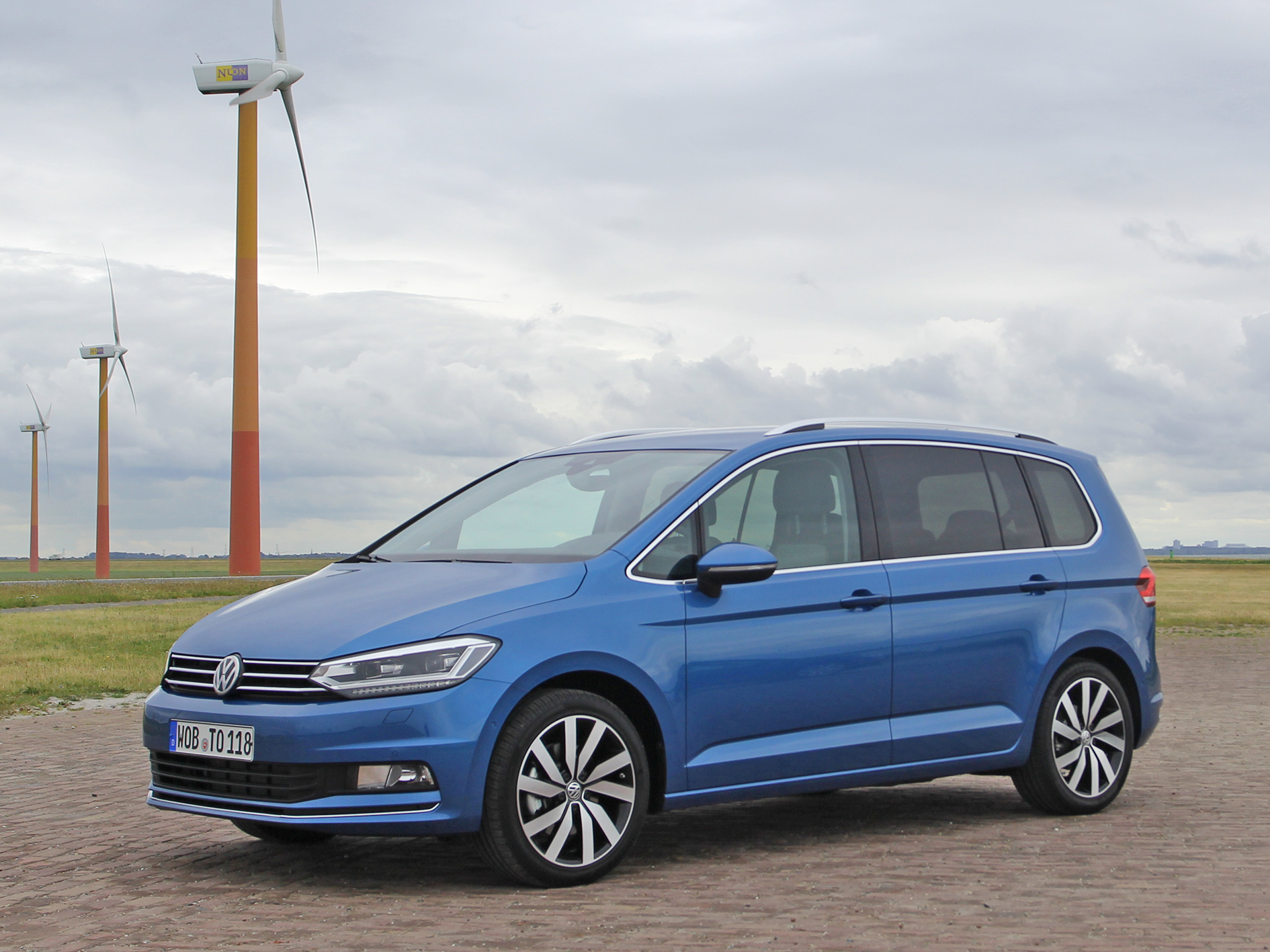 review all new vw touran 2 0 tdi the mpv all rounder test driving report english. Black Bedroom Furniture Sets. Home Design Ideas
