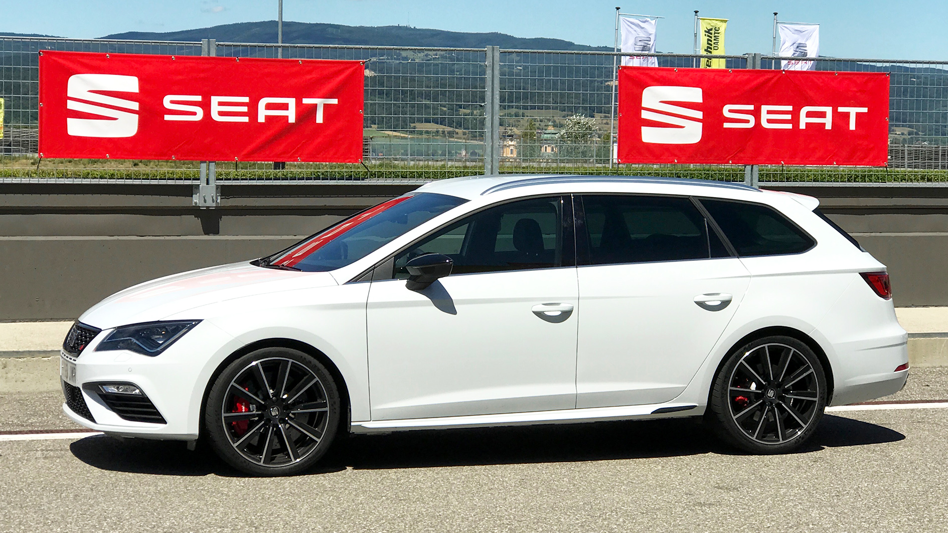 seat ateca fr seat leon cupra 300 test drive review. Black Bedroom Furniture Sets. Home Design Ideas